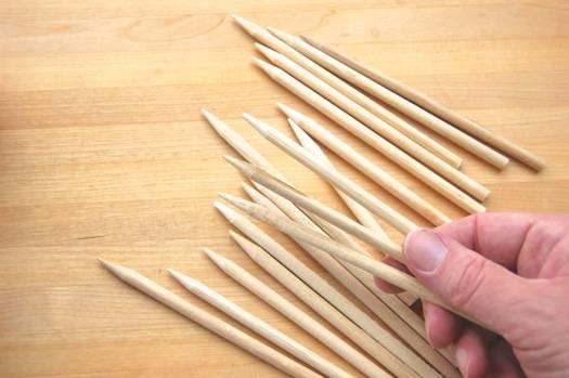 1. Важно под рукой иметь толстые палочки, которые нужно заострить. Обыкновенные зубочистки или шпажки вряд ли подойдут, так как они не выдержат вес яблочка.