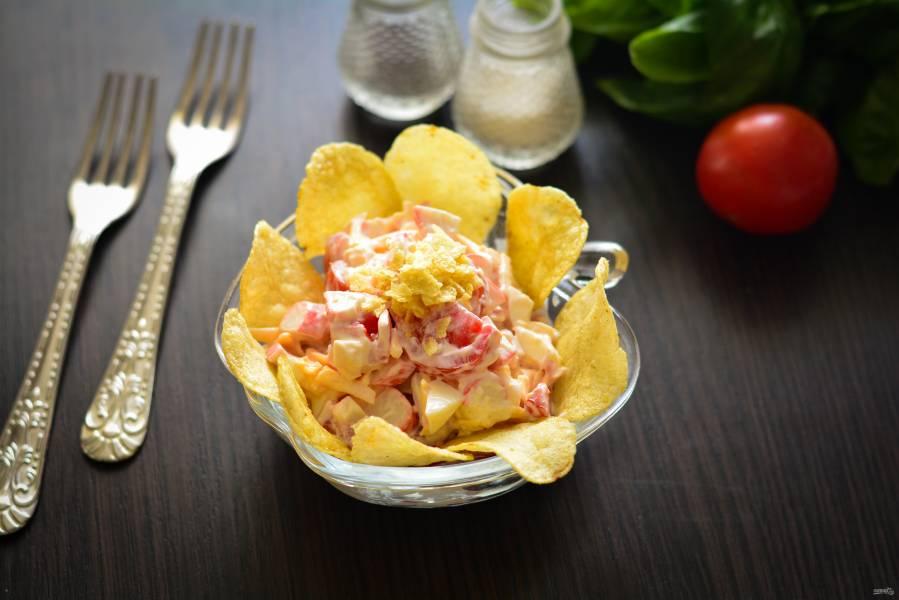 Салат с чипсами, крабовыми палочками и помидорами