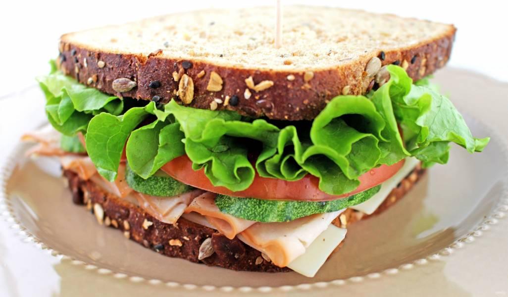 картинка бутерброд с листьями салата павлик