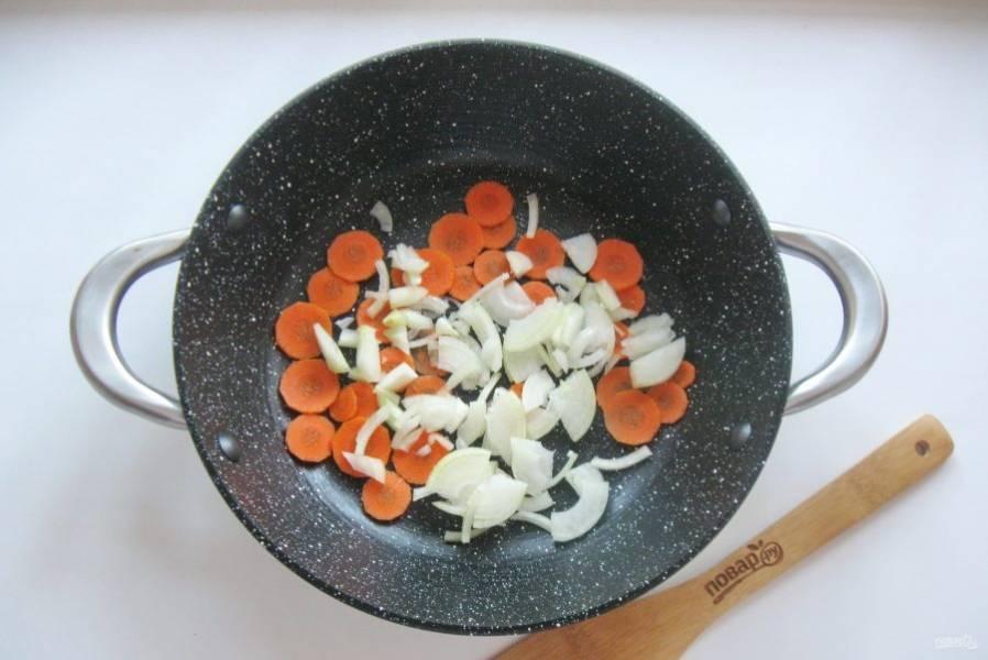 Лук очистите, помойте и нарежьте. Добавьте к моркови.