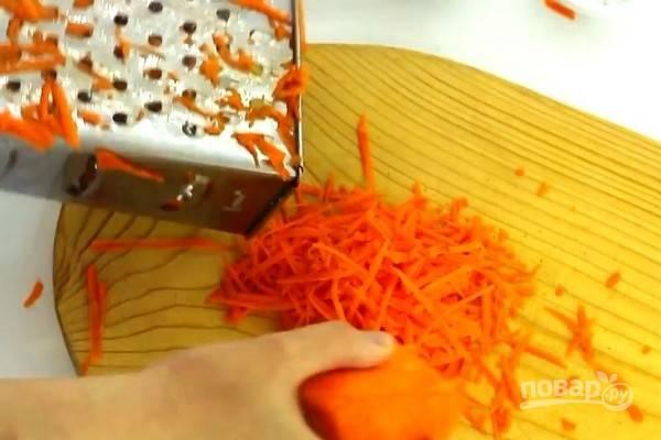 Все овощи почистите и промойте. Морковь натрите на крупной терке.
