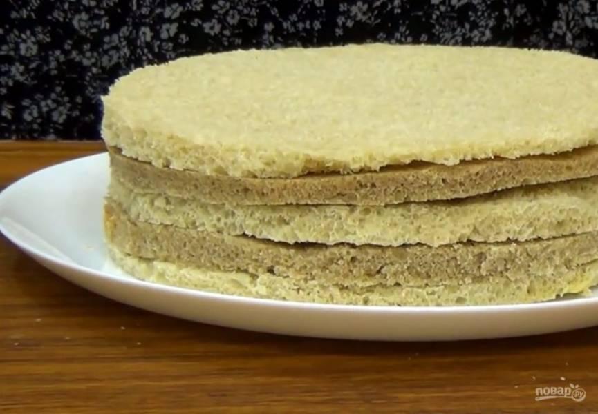 1. Из черствого хлеба срежьте корочку и разрежьте его на коржи толщиной 1 см. Всего должно получиться пять коржей. С помощью тарелки вырежьте коржи одинакового размера.