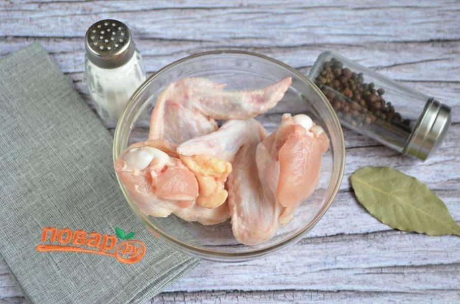 1. Сначала нужно приготовить бульон для супа, для этого залейте вымытое мясо холодной водой, положите соль, перец, лавровый лист и доведите до кипения, варите минут 20, не меньше. Потом удалите специи.