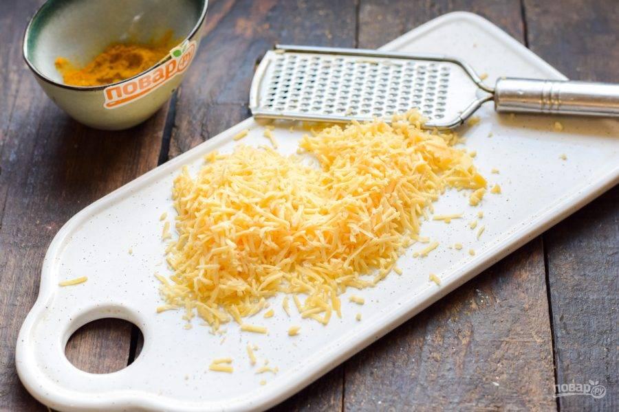 Твердый сыр натрите на мелкой терке.