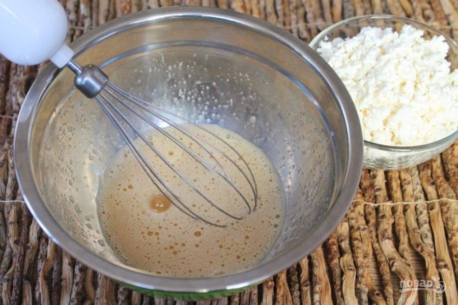 Сахар и яйцо взбиваем венчиком до появления пены.