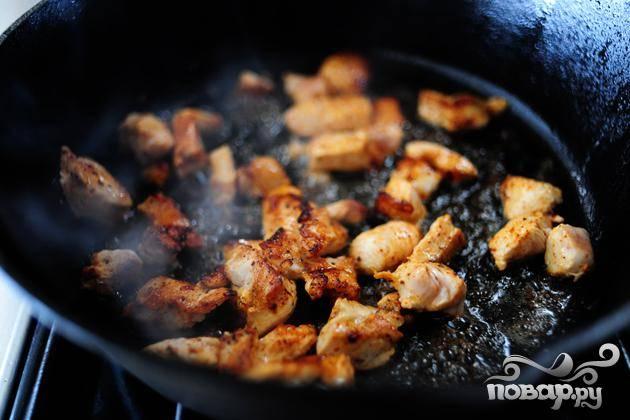 Обжарить кусочки куриного мяса до коричневой корочки.
