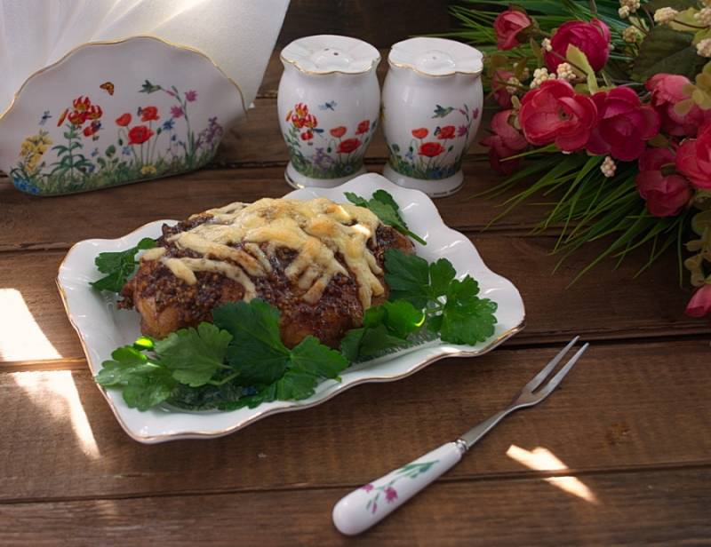 Мясо выбрать из духовки. Дать слегка остыть. Подать к столу с обилием зелени или овощным салатом.
