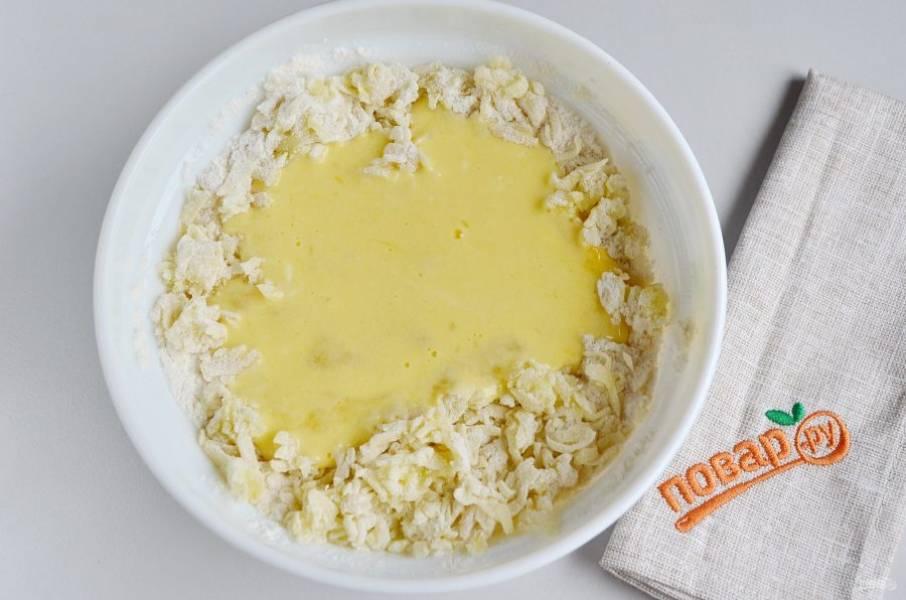 Яйца взбейте с солью, сметаной и растопленным маслом. Влейте в картофель.