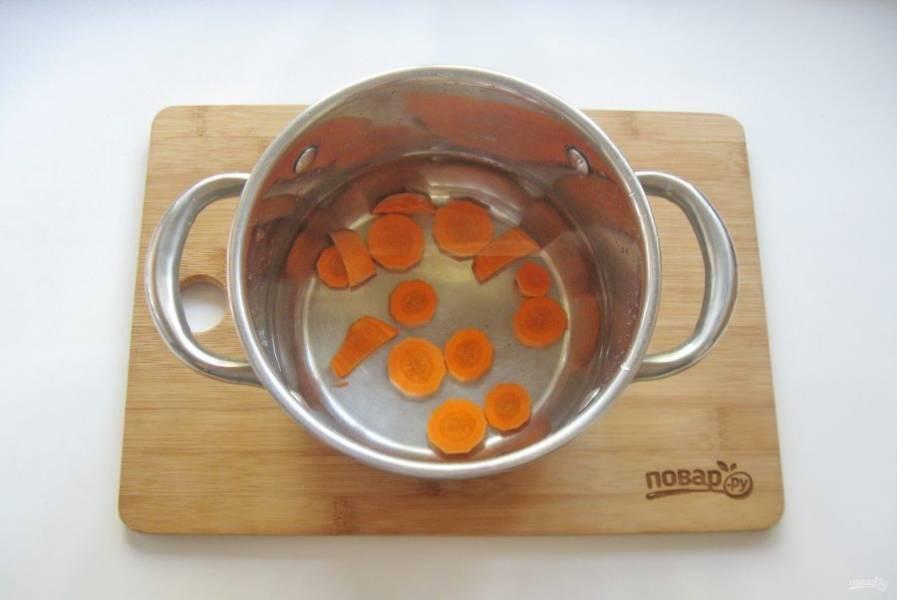 3. В кастрюлю налейте свежую фильтрованную воду. Когда вода закипит, отправьте в кастрюлю морковь и варите её 5 минут на среднем огне.
