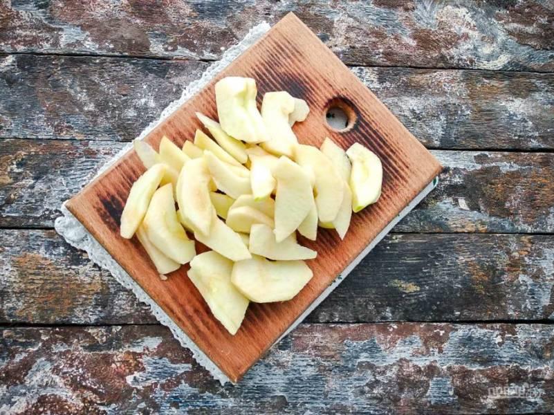 Яблоко очистите от кожуры, удалите сердцевину и нарежьте небольшими кусочками.