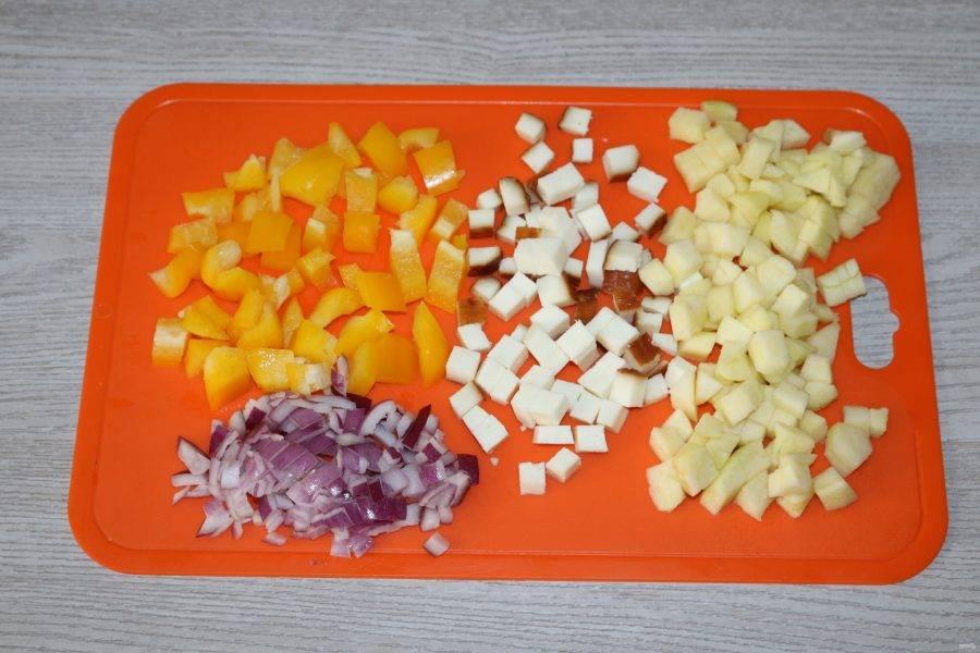 Яблоко почистите, нарежьте кубиками. Лук нарежьте мелко. Сыр и перец нарежьте кубиками. Яблоки сбрызните лимонным соком.