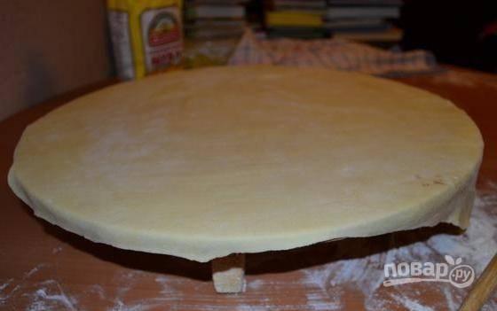 Разделите тесто на 9 равных частей. Каждую раскатайте в тонкий круг.