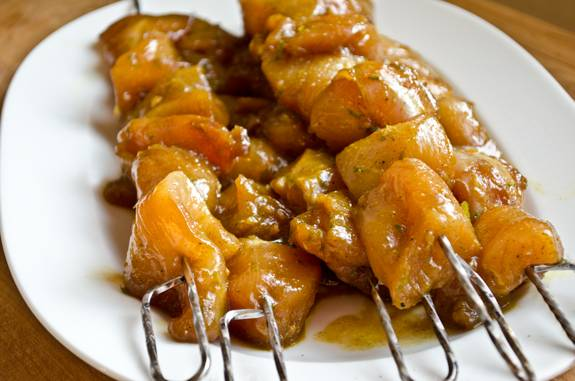 5. Курица, маринованная в соевом соусе в домашних условиях может быть приготовлена разными способами - на сковороде, в духовке или на костре. В таком виде ее можно взять на пикник, а затем одеть на шампура и приготовить на мангале.
