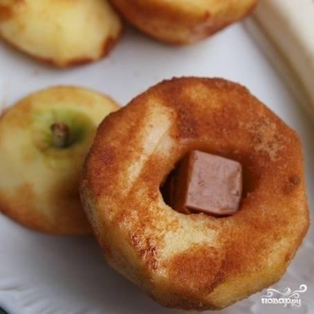 Корицу смешиваем с сахаром, и этой смесью хорошенько обсыпаем наше яблоко.
