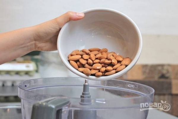 Ядра миндаля измельчите в блендере до «средней» крошки. Переложите миндальную крошку в миску, добавьте миндальную муку, кокосовую стружку, все перемешайте и разотрите пальцами с мягким сливочным маслом.