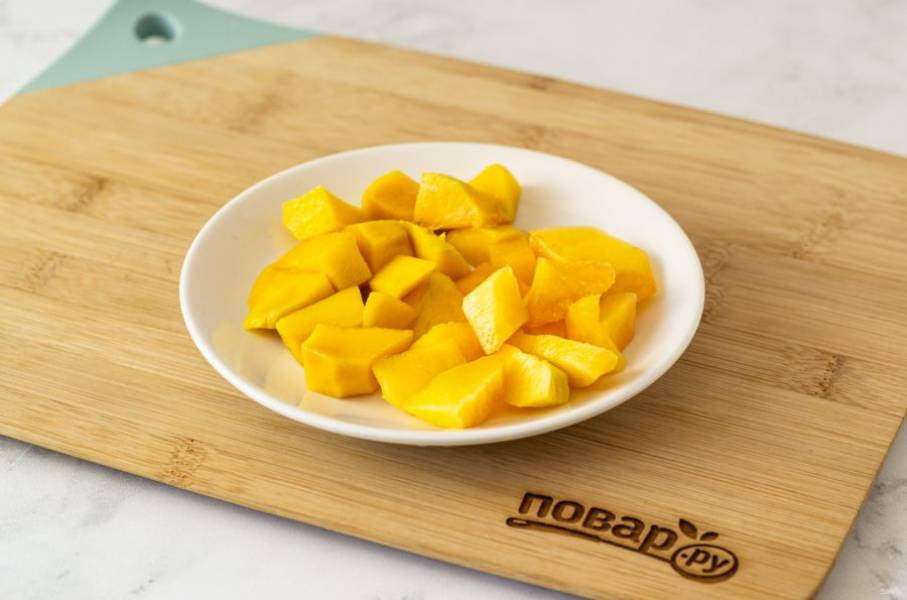 Манго и персики очистите от кожуры, нарежьте ломтиками.