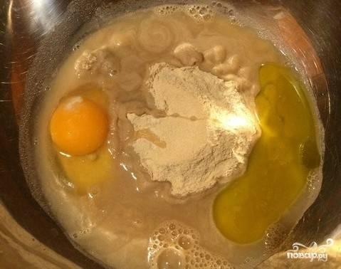 Все ингредиенты, кроме муки, добавьте в миску с высокими краями. Хорошенько перемешайте ингредиенты при помощи миксера. Оливковое масло можно заменить любым растительным на ваше усмотрение.