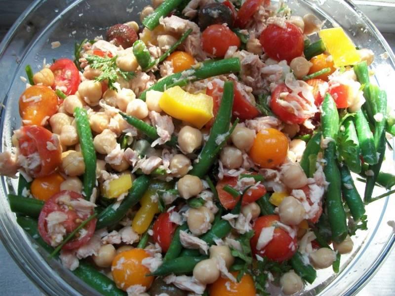 Добавьте в салат тунца из банки. Перемешайте ещё раз.