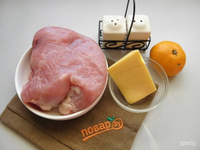 Подготовьте продукты. Мясо индейки вымойте и обсушите. Возьмите любимые специи и соль. Приступим!