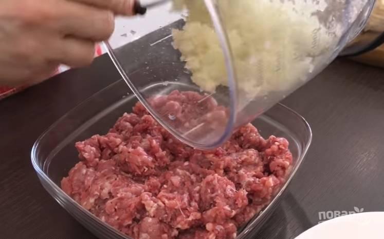 2.Фарш (свинина, говядина) перемешиваете с измельченным луком, по вкусу добавляете соль и любые специи по желанию.