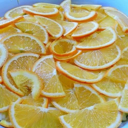 2. Апельсины вымыть и также обдать кипятком. Нарезать тонкими дольками, удалив косточки. При желании можно очистить апельсин и добавить в варенье только мякоть.