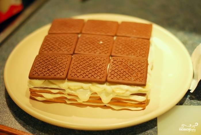 Последний слой — печенье, можете взять шоколадное для разнообразия.