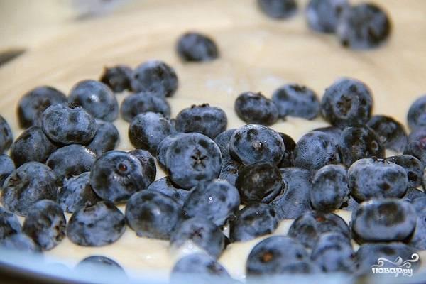 4. В самом конце добавьте выбранные вымытые и обсушенные предварительно ягоды, очень аккуратно перемешайте. Духовку разогрейте до 180 градусов.