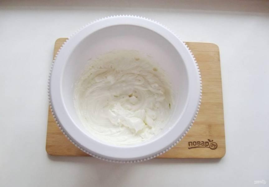 С помощью миксера взбейте крем до пышной, плотной консистенции.