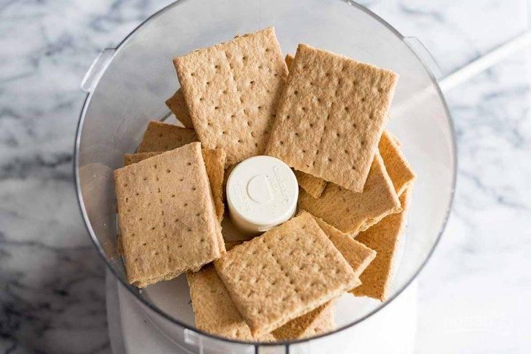 1.В чашу блендера выложите сладкий крекер.