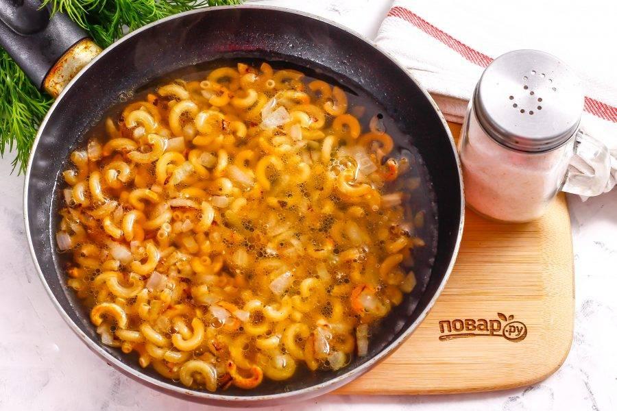 Влейте куриный бульон или замените его овощным бульоном, горячей водой. Посолите жидкость, и на среднем нагреве отварите макароны до готовности примерно 15 минут.