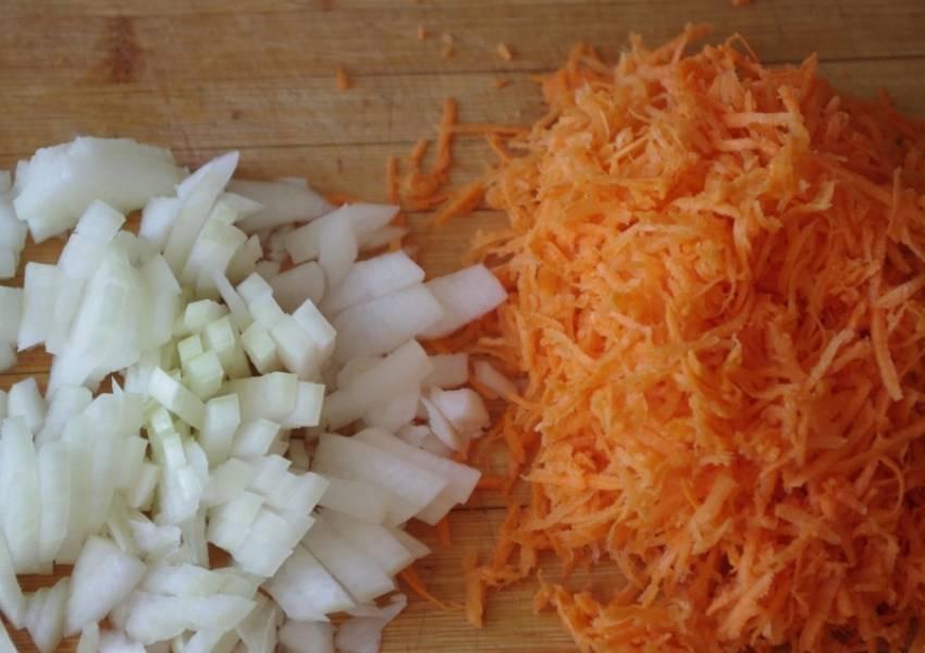 Морковь натираем на средней терке, лук нарезаем небольшими кубиками.