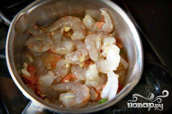 1. Нарезать сушеные креветки. Пропустить чеснок через пресс. Обрезать кончики у фасоли. Очистить папайю от кожуры и разрезать пополам. Разрезать помидоры черри пополам. Нарезать кинзу и мелко нарезать зеленый лук. Крупно нарезать соленый арахис. Взбить лимонный сок, сахар, рыбный соус, сушеные креветки и измельченный чеснок в миске среднего размера. Полить 1/4 стакана соуса креветки и отложить в сторону.