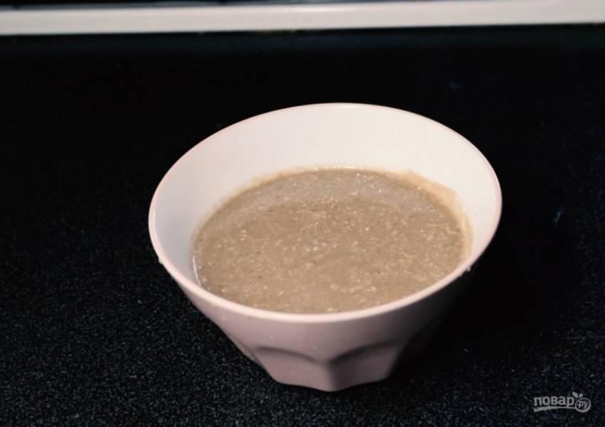 3.Для третьего варианта поместите в чашу миксера банан, кешью, какао, мюсли и молоко. Взбейте. Вылейте смузи в тарелку, украсьте творогом, орехами, сухофруктами, киви и грейпфрутом. Приятного аппетита!