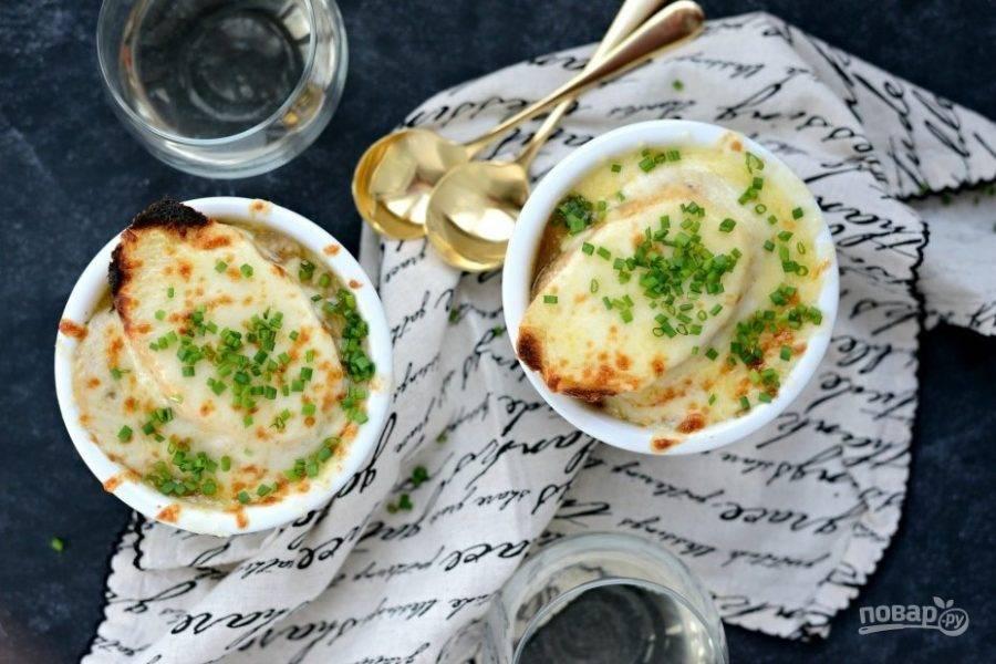 13. Подавайте луковый суп с зеленью. Приятного аппетита!