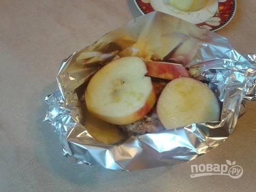 На яблоки укладываем обжаренное филе, затем опять яблоки. Поливаем остатками масла со сковороды (по желанию), посыпаем цедрой и поливаем лимонным соком.