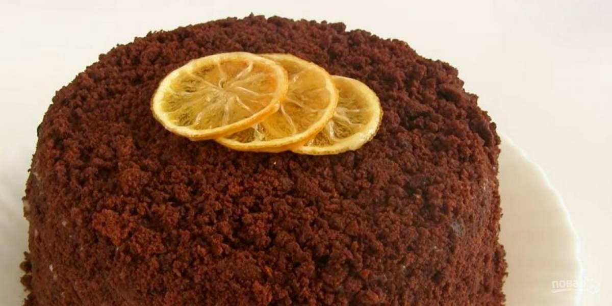 6. Посыпьте крошкой и отправьте торт в холодильник на 3-4 часа. Приятного аппетита!