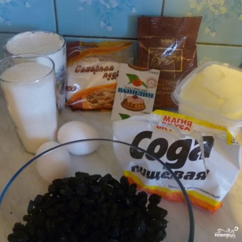 Для наших кексиков нам понадобится: мука, сахар, сметана, яйца, ванилин, какао, сода, уксус, изюм (по вкусу).
