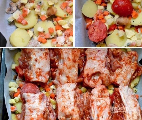 3. Противень для запекания застелите пергаментом или фольгой. Смажьте чуточку маслом. Выложите нарезанный тонкими ломтиками картофель, замороженные овощи по вкусу (лук, сладкий перец, помидоры, грибочки и т. д.). Подсолите и поперчите по вкусу. Выложите сверху спинки и отправьте противень в разогретую до 180 градусов духовку.