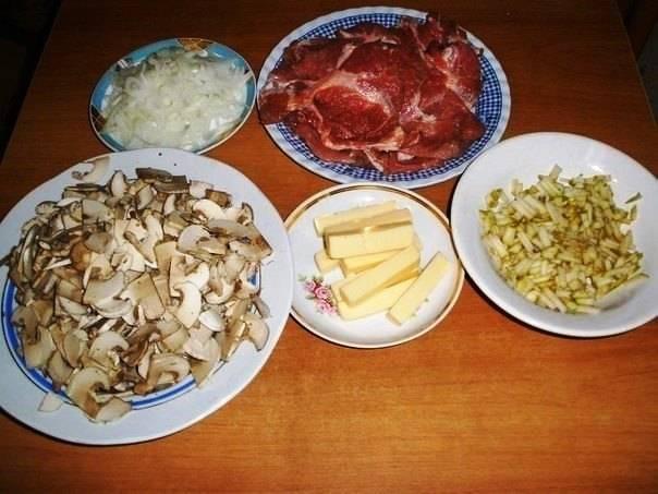 Свинину нарежьте тонкими кусками и хорошо отбейте. Также порежьте груши, грибы, лук  и сыр.