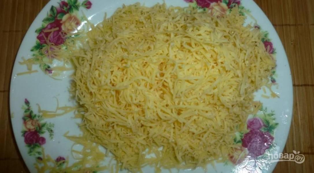 На мелкой терке натрите сыр и смешайте его с яйцом.