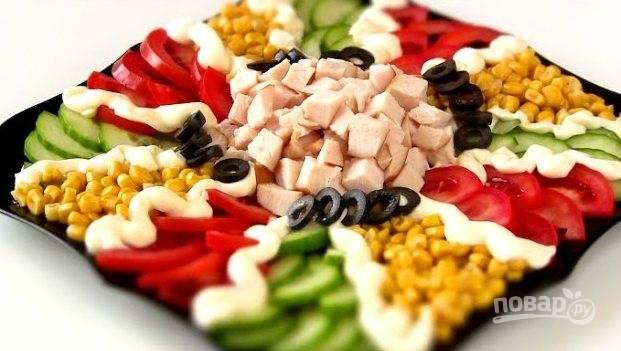 3. Слегка присолите салат и украсьте майонезом. В конце выложите маслины (вокруг куриной грудки). Приятного аппетита!