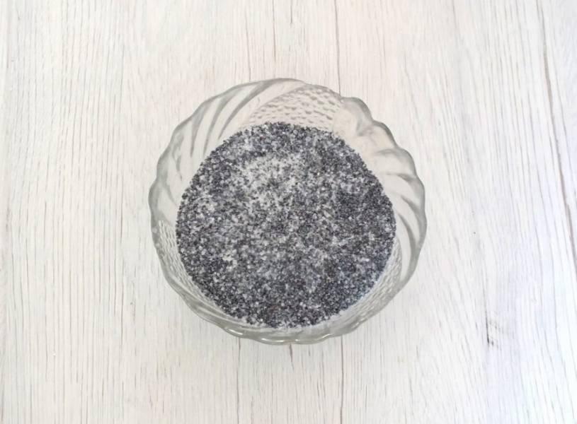 В отдельной чаше смешайте мак и 100 грамм сахара.