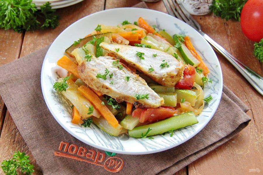 Украсьте блюдо свежей зеленью и подайте к столу. Приятного аппетита!