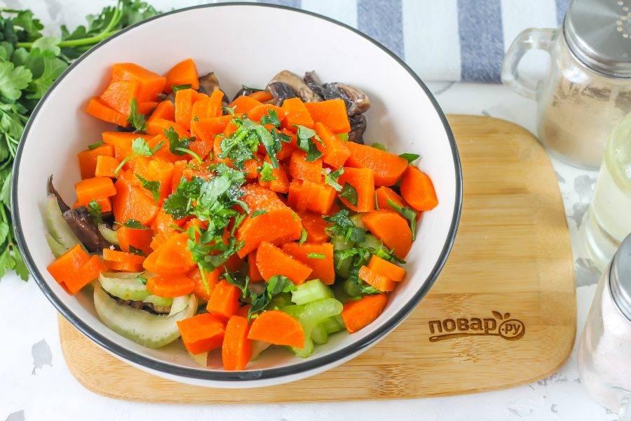 Промойте и измельчите зелень, добавьте в салат. Посолите и поперчите блюдо. Влейте оставшееся растительное масло и перемешайте.