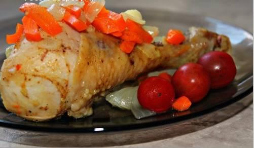 4. А вот теперь подаем нашу курицу к любимому гарниру! Приятного аппетита!