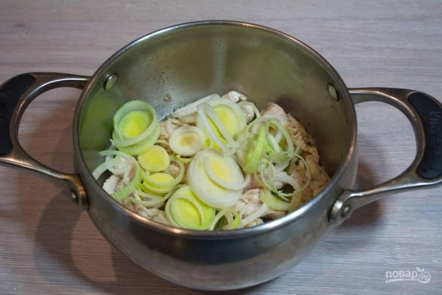 К обжаренному мясу добавим нарезанный лук-порей. Обжарьте все вместе.