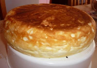 6. Готовое суфле можно присыпать сахарной пудрой, какао или полить сиропом, например. Также можно сделать крем, которым украсить десерт сверху. Вот такой простой и в то же время очень удачный вариант, как приготовить творожное суфле в мультиварке.