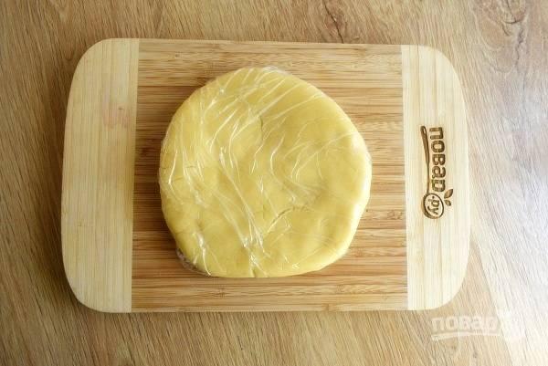 Для основы замесите тесто из муки, сахарной пудры и размягченного сливочного масла. Заверните его в пищевую пленку и оставьте в холодильнике на 20 минут.