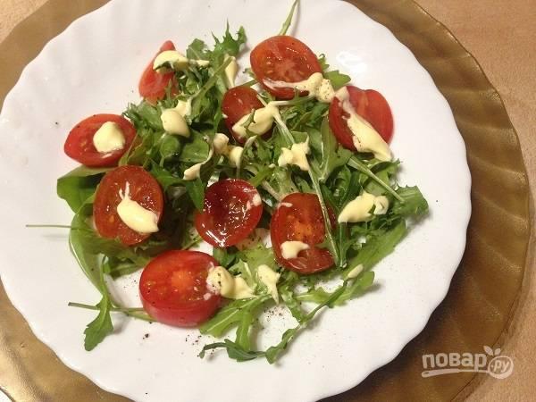 4. Добавим помидоры, нарезанные кружочками, и слегка смажем их майонезом. Посолим и поперчим.