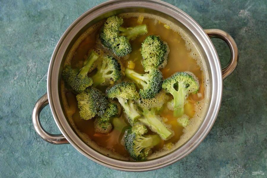 Добавьте в кастрюлю зажарку из овощей и брокколи. Также добавьте лавровый лист, соль и перец. Варите суп 5-7 минут.